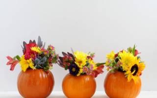 Ваза из тыквы с цветами из овощей